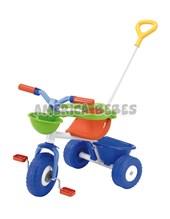 Triciclo. Incluye barra de arrastre direccional, pedales anti-deslizantes, apoyapiés desmontable, aro de contención, canasto.
