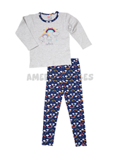 Pijama nena M/L con estampa Arco iris. Naranjo.