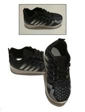 Zapatilla negra con rayas blancas. Sol Lolo