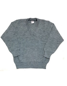 Pullover escote en V. GRIS.