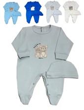 Enterito en interock liso con bordado central, pie y gorro. Disponible en colores de varón y de nena. Dreams
